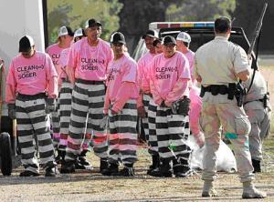 Vězni v řetězech (na veřejně prospěšných pracích mimo areál věznice)