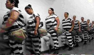 Potrestané odsouzené ženy v řetězech (mimo areál věznice)
